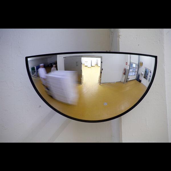forside af spejl indendørs