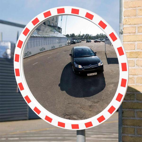 rundt trafikspejl med rød og hvid kant