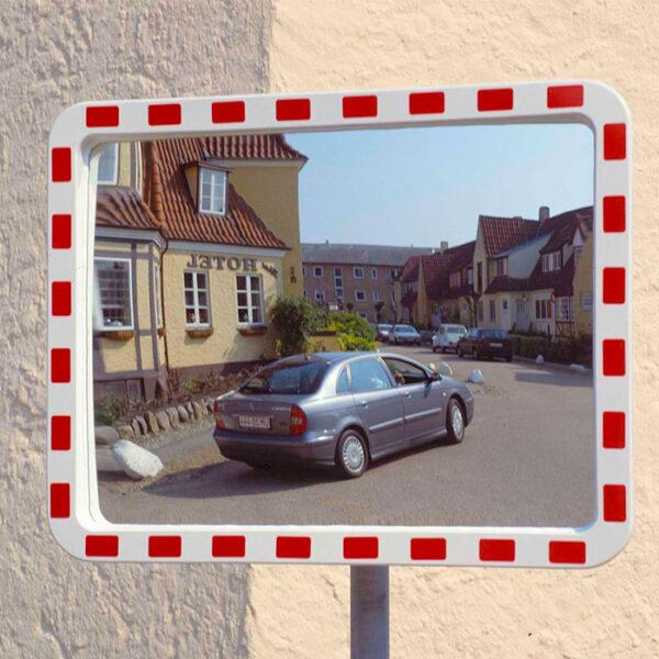 trafikspejl i by